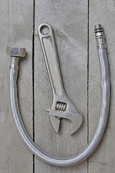 Wąż i klucz nastawny na drewnianym stole