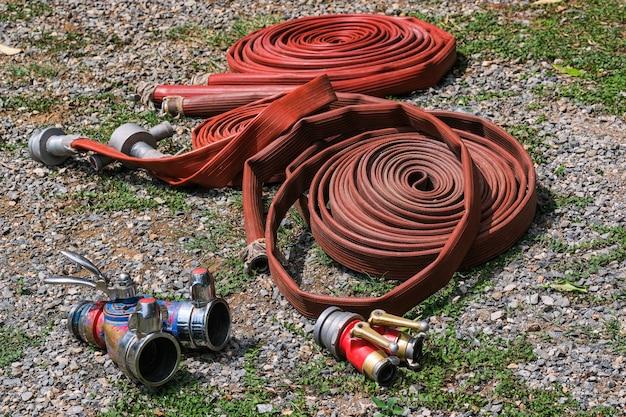 Wąż pożarniczy i szkoła ratownicza regularnie szkolą się w celu uzyskania pomocy - pomoc, koncepcja ochrony przeciwpożarowej