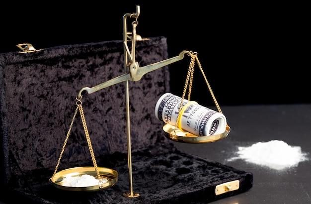 Ważenie wagi za pomocą dolarów i narkotyków