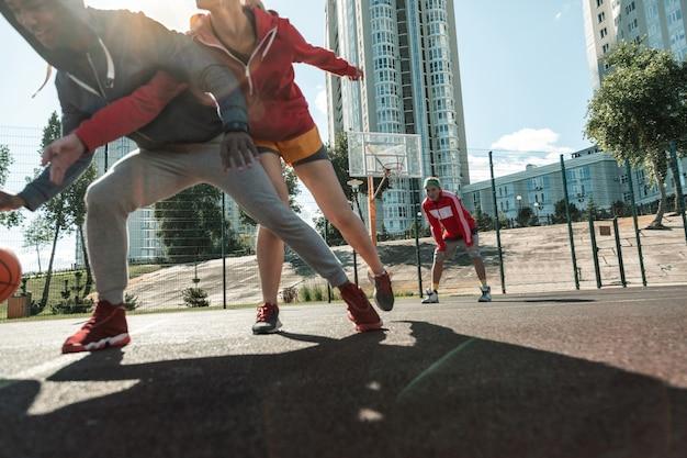 Ważna gra. mili młodzi ludzie popychają się nawzajem, walcząc o piłkę