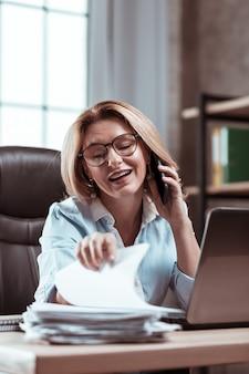 Ważne dokumenty. blondynka atrakcyjna stylowa bizneswoman przeszukuje ważne dokumenty