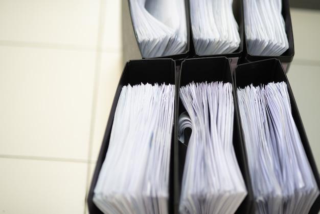 Ważne dokumenty przechowywane w szafce.