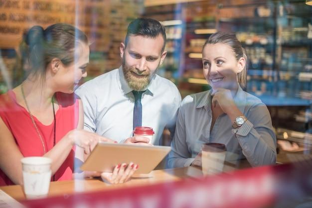Ważne spotkanie biznesowe w kawiarni