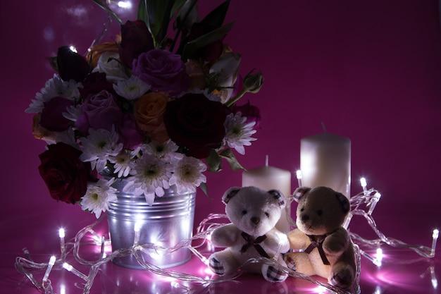 Wazon bukiet róże i urocza para niedźwiedź na różowym tle