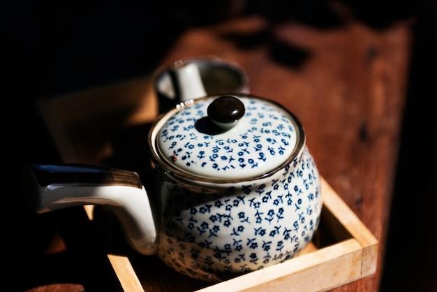 Wazon herbaty na stole