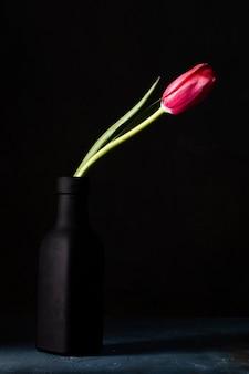 Wazon kątowy z tulipanem