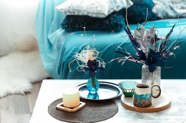 Wazon martwa natura ze sztucznymi kwiatami w salonie.