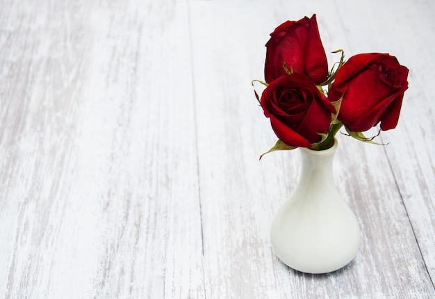 Wazon z czerwonymi różami