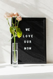 Wazon z kwiatami i przesłanie na dzień matki
