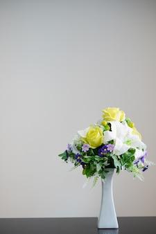 Wazon z kwiatami ozdobiony na białym tle z miejscem na tekst