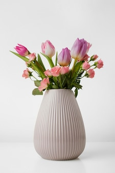 Wazon z tulipanami i różami