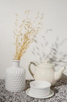 Wazon z wytrawną pszenicą i filiżanką kawy