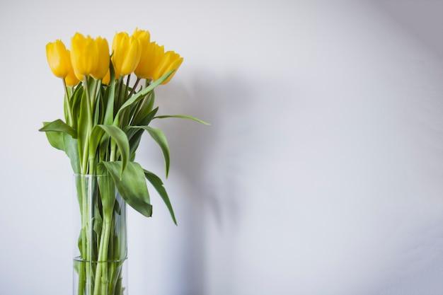 Wazon z żółtych tulipanów