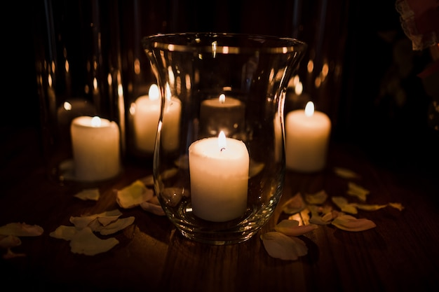 Wazony szklane z białymi świecami