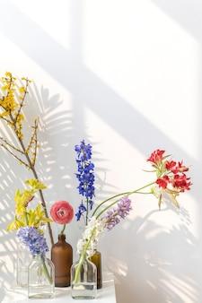 Wazony z kwiatami na białym stole