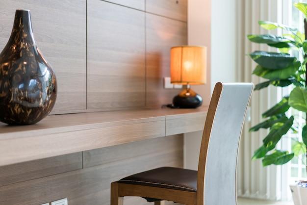 Wbudowana drewniana szafa ze stołem i krzesłem