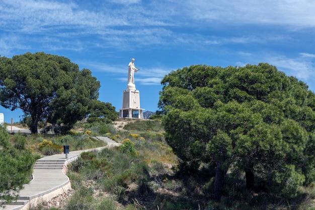 Wchodzenie po schodach w otoczeniu natury, które prowadzą do pomnika najświętszego serca jezusa