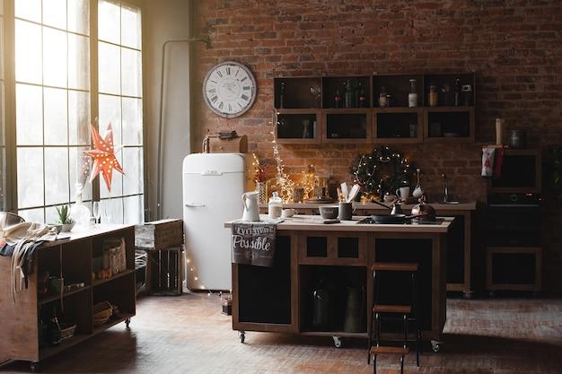 Wciąż z kuchni na poddaszu. wnętrze rzeczy kuchennych