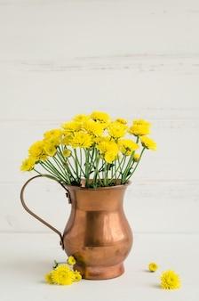Wciąż życie chryzantemy żółci kwiaty