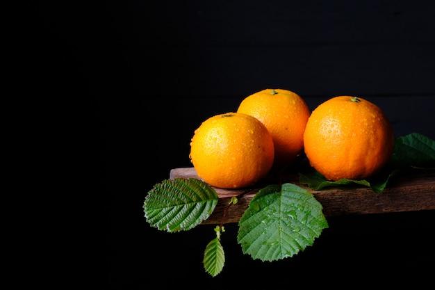Wciąż życie świeże pomarańcze na czerni