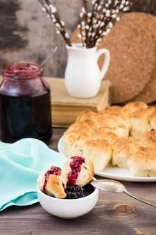 Wciąż życie z kawałkami małpi chleb i jagody przyskrzyniamy na drewnianym stole. styl rustykalny