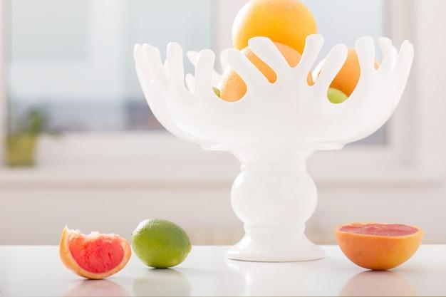 Wciąż życie z owoc w wazie