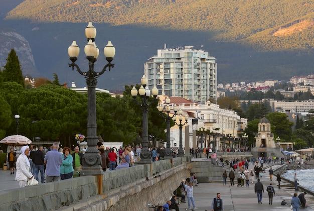 Wczasowicze spacerują głównym deptakiem jałty, stolicy południowego wybrzeża krymu