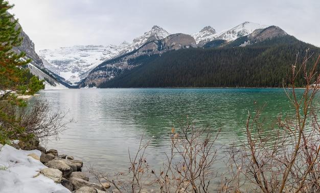 Wczesna zima widok góry st. piran w lake louise w parku narodowym banff, alberta, kanada