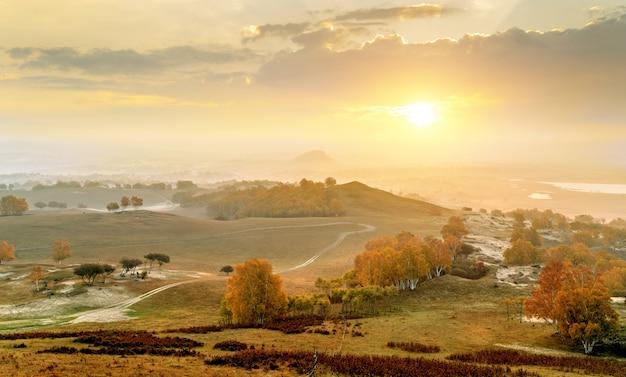 Wcześnie rano łąki i góry