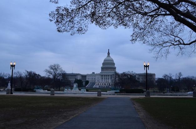 Wczesny wieczór na kapitolu w waszyngtonie.
