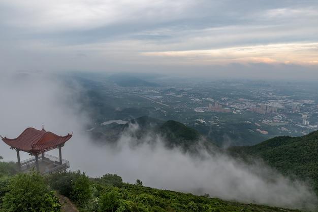 Wczesnym rankiem szczyty we mgle, pola i wioski.