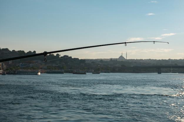 Wędka na tle wieczorem istanbul.