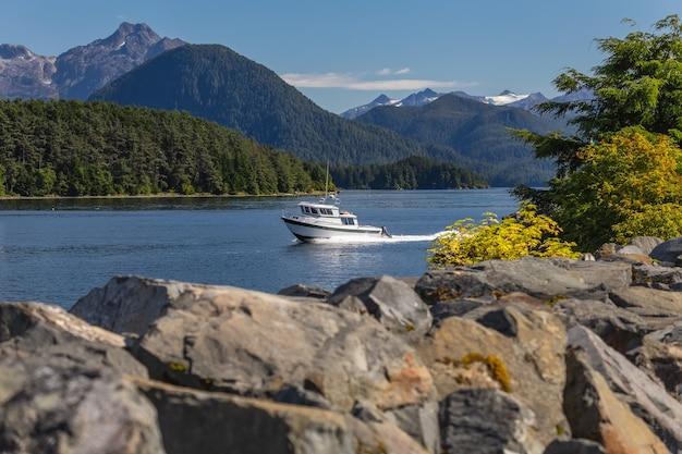 Wędkarska łódź motorowa płynąca szybko w porcie