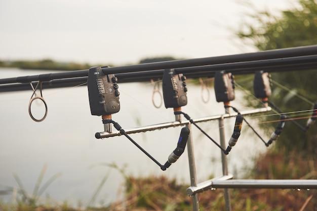 Wędki karpiowe stojące na specjalnych statywach. drogie cewki i system radiowy szydełka