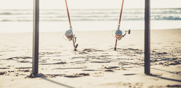 Wędki na piaszczystej plaży oceanu w słoneczny letni dzień