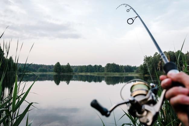 Wędkowanie na szczupaka, okonia, karpia. mgła na tle jeziora.