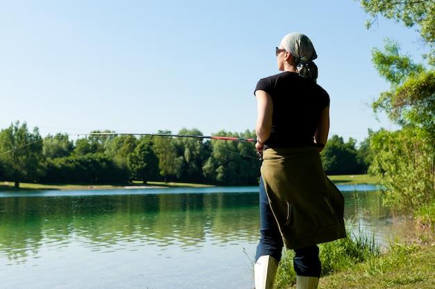 Wędkowanie nad jeziorem