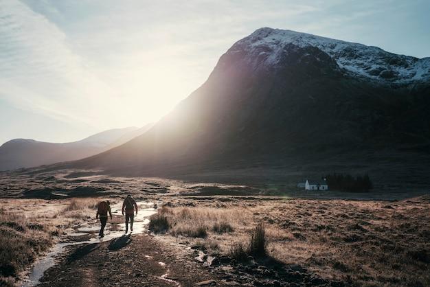 Wędrowcy w dolinie glen coe w szkockich górach