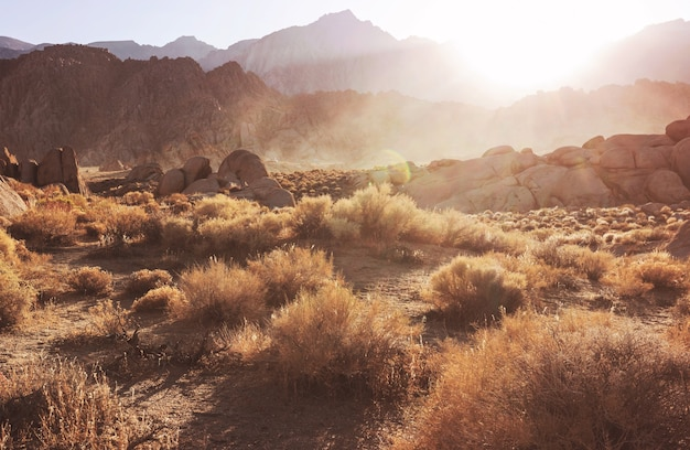 Wędrowiec w niezwykłych formacjach kamiennych na wzgórzach alabama, kalifornia, usa