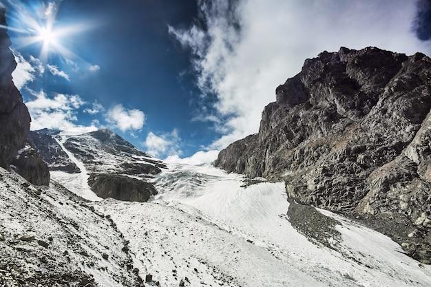 Wędrówka na zaśnieżone szczyty gór ałtaj