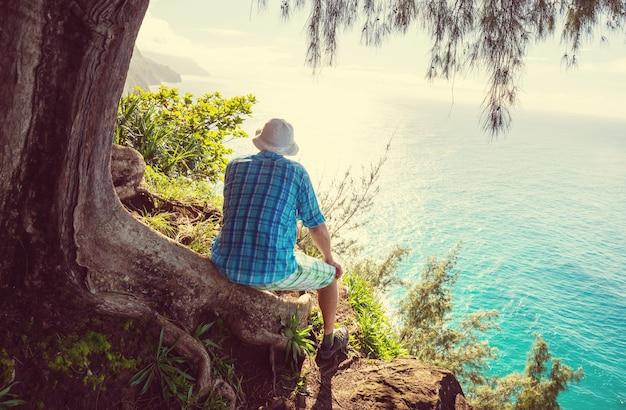 Wędrówka po wybrzeżu na pali na wyspie kauai na hawajach
