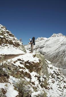Wędrówka po zaśnieżonym szlaku