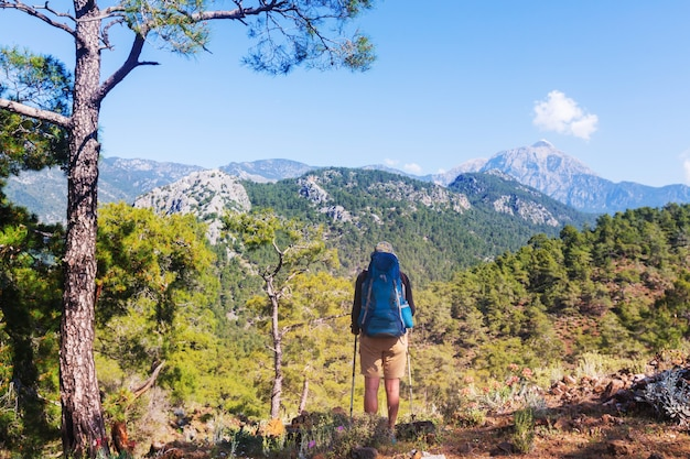 Wędrówki w słynnym szlaku lycian w turcji. backpacker na szlaku.