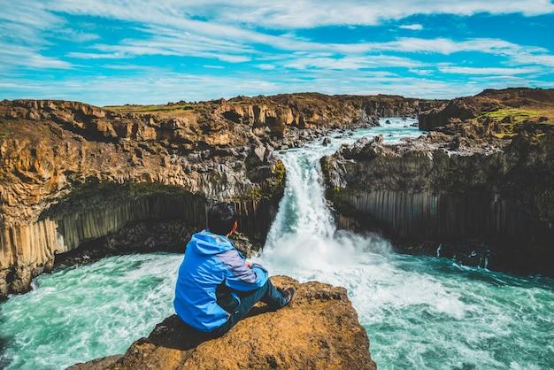 Wędrówki w wodospadzie aldeyjarfoss na islandii.
