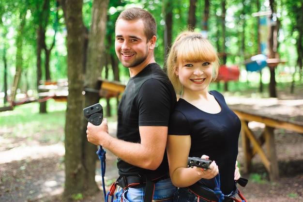 Wędrując po parku linowym dwoje młodych ludzi