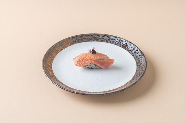 Wędzić surowego łososia na ryżu do sushi