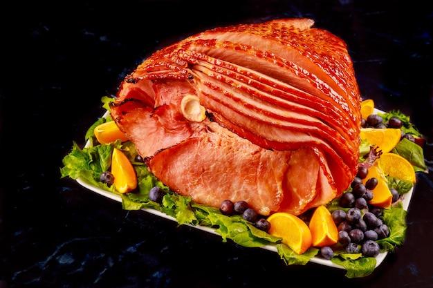 Wędzona cała szynka wieprzowa ze świeżymi owocami. zdrowe jedzenie. ścieśniać.