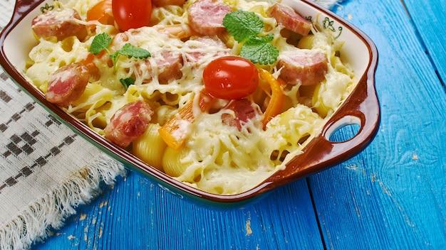 Wędzona kiełbasa alfredo - zapiekanka z makaronem i sosem
