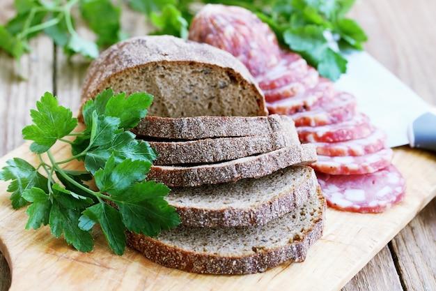 Wędzona kiełbasa z chlebem żytnim
