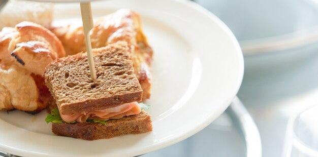 Wędzona łosoś mini kanapka na talerzu